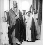 صورة الملك عبد العزيز مع أبنائه