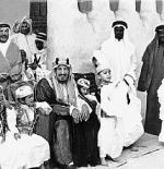 صورة الملك عبد العزيز مع بعض أبنائه