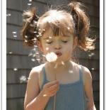 صورة لطفلة تلعب