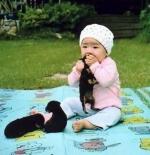 صورة طفل يداعب كلب