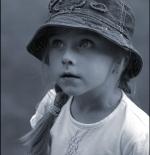 صورة طفلة تتأمل