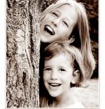 صورة لطفلتان مبتسمتان