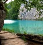 صورة لبحيرة زرقاء