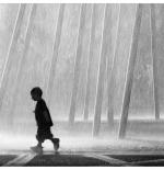 صورة لطفل تحت المطر