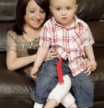 صورة غريبة لرضيع أطول من والدته