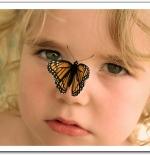 صورة لطفلة مع الفراشة