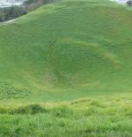 حفرة ضخمة في وسط مرتفع جبلي