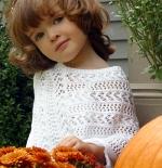 صورة لطفلة مع الورود