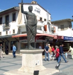 تمثال في وسط المدينة