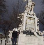 تمثال في حديقة موزارت