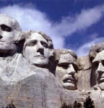 جورج واشنطن وتوماس جيفرسون وثيودور روزفلت وأبراهام لينكولن