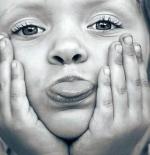 صورة طفلة تخرج لسانها