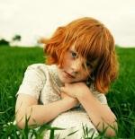 صورة طفلة في الحقل