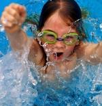 صورة الطفلة في المسبح