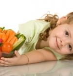 صورة الطفلة والخضروات