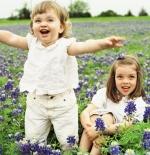صورة اطفال بين الزهور
