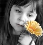 صورة الطفلة والزهرة