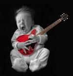 صورة طفل يدق قيتار