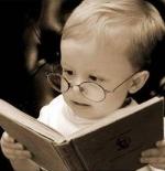 صورة طفل يقرأ