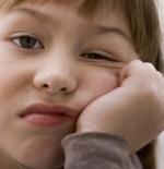 صورة طفلة تقاوم النوم