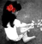 صورة طفلة ماسكه زهرة
