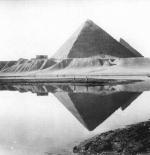 صورة نادرة للهرم الأكبر وخياله على النيل عام 1877 م