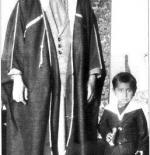 صورة نادرة للشيخ جابر الصباح وهو طفل مع والده رحمهم الله