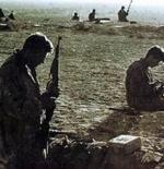 جنود يهود ينظفون أسلحتهم في سيناء عند احتلالها عام 1956