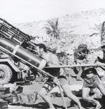 جنود إسرائيل يقصفون لبنان بالصواريخ