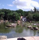 الشلال والبحيرة أمام احد الفنادق بمدينة صن ستى