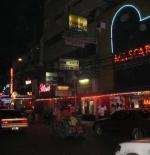 احدى شوارع مدينة مانيلا ليلا
