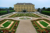Side view of Schönbrunn Palace