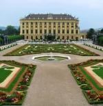 Side view of Schönbrunn Palace