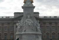 Statue in front on Buckingham Palace