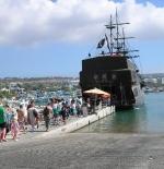 سفينة اللؤلؤة السوداء في الميناء