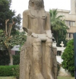 تمثال فرعون التالفة خارج المتحف المصري