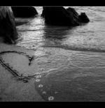 صورة قلب على الرمل