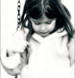 صورة لفتاة تلعب