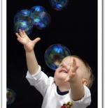 صورة لطفل يلعب