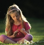 صورة لفتاة مع الأزهار