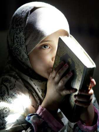 صورة لفتاة تقبل القرآن الكريم